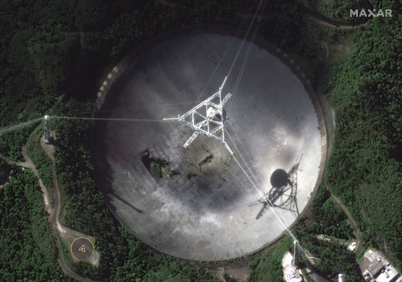 Huge Puerto Rico radio telescope collapses
